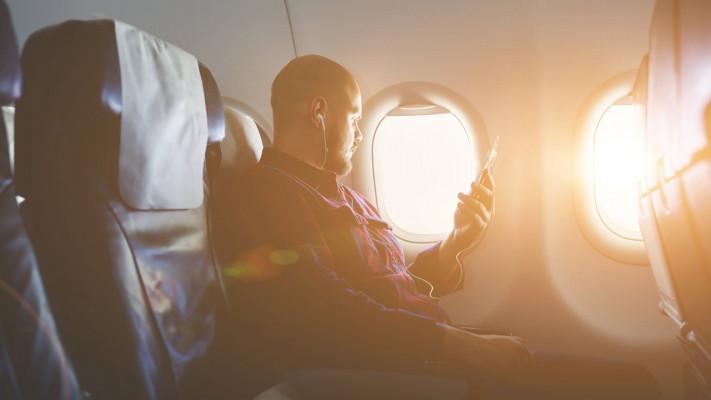 飛行機の座席は2席分?おデブ男子に告ぐ、快適なフライトを楽しむ方法