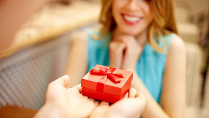 """""""付き合う前の女性""""に贈るクリスマスプレゼントは、これが正解です!【2018年版】"""