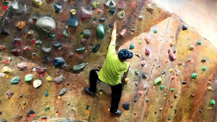 100kgのぽっちゃりメンズでも登れるのか!? ボルダリングに挑戦してみた!